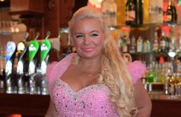 Johanna Tukiainen esiintyi sikajuhlissa.