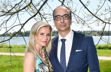 Heikki Lampela sähköpotkulautaili Hanna Kärpäsen kanssa.