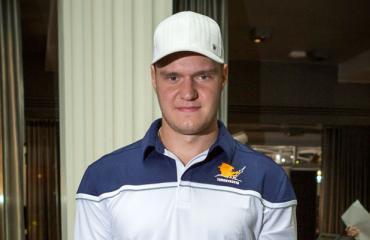 Aleksander Barkovin pelinumero maalattiin tenniskenttään.