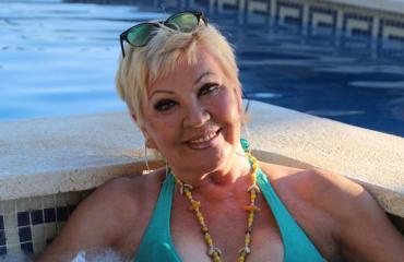 Hannele Lauri poseeraa uimapuvussa.