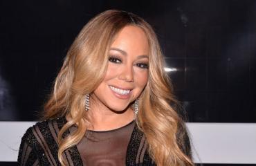 Mariah Carey nautti auringosta.