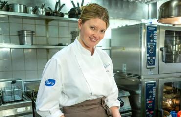 Pipsa Hurmerinta työskentelee keittiömestarina.