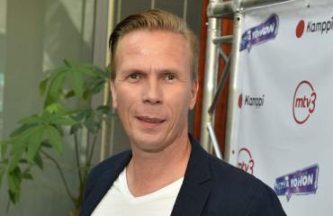 Jukka Rasila saapui ensi-iltaan tyttärensä kanssa.