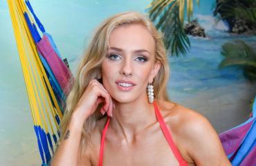 Anni Harjunpää bikinikuvissa.