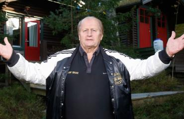 Juhani Tamminen esittelee kesämökkinsä.