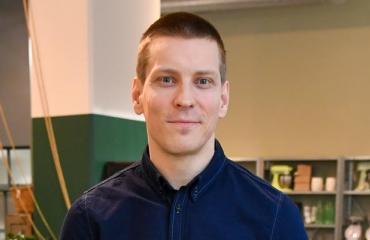 Antti Holma elää kädestä suuhun.