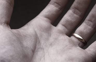 Miehellä on erikoinen sormusidea.