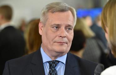 Antti Rinne auttoi lapsiperhettä.
