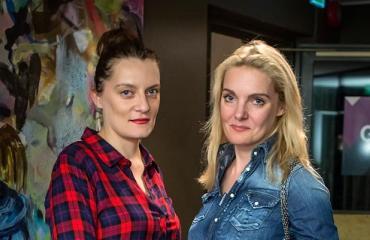 Klara ja Karina Kivilahti suuntasivat illalliselle.