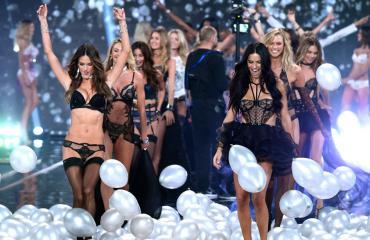 Adriana Lima ja Alessandra Ambrosio ökyrintsikoissa Victoria's Secretin näytöksessä - kuvat!