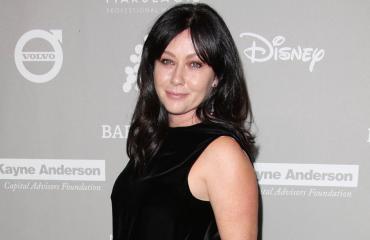 Beverly Hills -tähti taistelee syöpää vastaan – julkaisi kuvasarjan hiustensa leikkaamisesta
