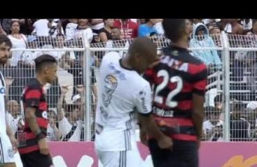 Kääk, jalkapalloilija tuikkasi sormensa vastustajan peppuun - video!
