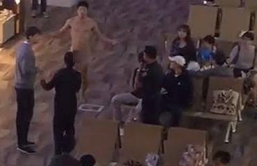 Liikaa Viagraa ottanut mies heitteli ulostetta ja juoksi alasti lentokentällä! Katso hullu video!