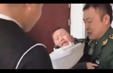 Kolmevuotias pikkupoika jäi päästään jumiin WC-istuimeen!