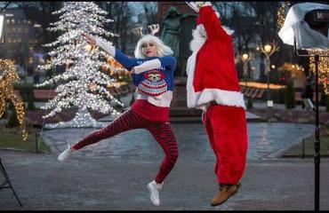 Some-tähti Maria Monde paketoi perinteisen joululahjan räpiksi: Hyvää joulua, Seiskan lukijat!