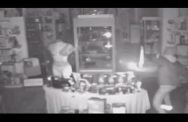 Varas murtautui seksikaupan vitriineihin dildolla! Katso video!