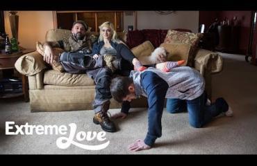 Domina Dahlia Rain asuu kahden orjansa kanssa - hoitavat kotityöt seksuaalista kiusoittelua vastaan ja toteuttavat myös poikaystävän toiveet! Katso video!