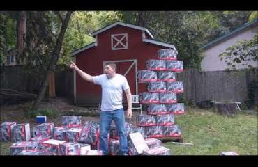 """Miehen kotitekoinen mainos halvalle oluelle naurattaa ja leviää netissä: """"Onko sinulla alkoholiongelma? Nyt sinulla on alkoholiratkaisu!"""""""