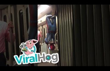 Kääk, näin tyylikkäästi Hämähäkkimies matkusti metrolla - katso video!