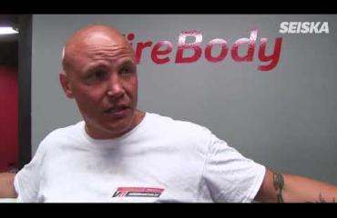 Seiskan tyhmänrohkea toimittaja haastoi ex-huippunyrkkeilijä Juho Tolppolan kehään: huh, mikä nöyryytys! Jopa oksennus lensi – video!
