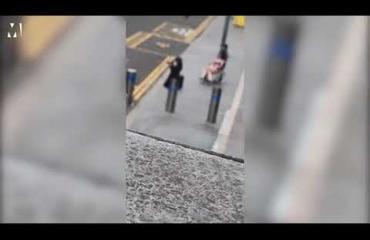 Mies ulkoilutti seksinukkea pyörätuolissa Lontoossa - katso hämmentävä video!