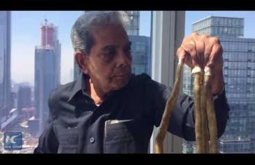 Tässä ovat maailman pisimmät kynnet: mies leikkasi ne lyhyeksi vasta 66 vuoden jälkeen -video!