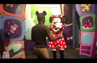 Mies kosi Minni Hiirtä Disneylandissa - Mikki keskeytti romanttisen hetken! Katso viraaliksi mennyt video!