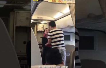 Lennolla kosittu lentoemäntä sai potkut! Katso video!