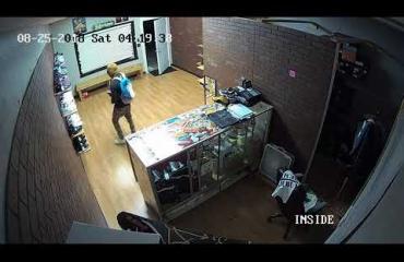 Mitä ihmettä? Varas murtautui kenkäkauppaanVirginiassa -ja vei mukanaan vain oikean jalan lenkkareita! Katso video!