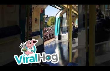 Ohhoh, Lontoon metro ajoi ovet selällään - katso video!