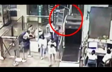 Kääk, lapsi katosi turvatarkastuksessa ja kiipesi matkatavaroiden läpivalaisulaitteeseen - katso video!