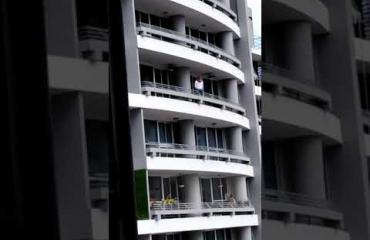 Hirvittävä video julki - ei herkille: Selfietä ottanut nainen putosi kuolemaansa 27. kerroksen parvekkeelta - puristi selfie-keppiä vielä pudotessaan!