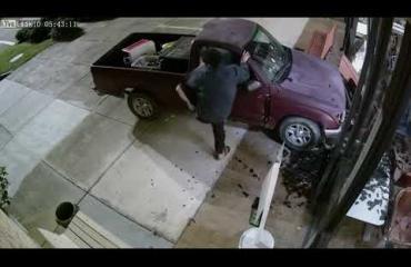 Mies ajoi autonsa oikeustalon seinään erikoisesta syystä! Katso video!