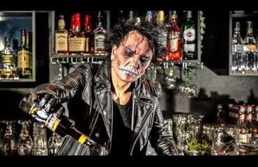 Rumpali Jussi69 on Stadin pelottavin baarimikko – näin hänelle tehtiin halloween-meikki!