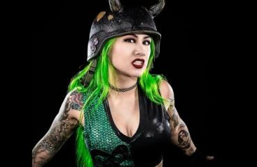 Entinen WWE-kaunotar myi netissä kuvia kakastaan!