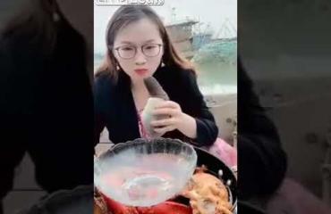 Oksennus lähellä - nainen maistoi peniksen muotoista simpukkaa!
