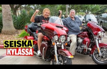 """Texasilainen prätkätaivas! Danny, 76, innostui Houstonissa Harley-Davidsoneista- Erika hyppäsi pikkuveli Pekan, 74,kyytiin: """"Hän on kova harrikkamies"""""""