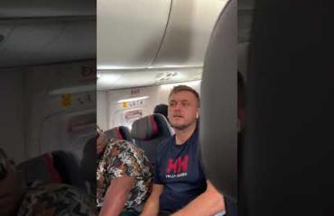 Katsoi toista naista pitkään! Nainen veti tolkuttomat raivokilarit lennolla – järkyttävä video leviää!