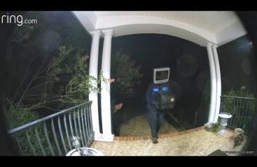 Eriskummallinen pilailija jätti vanhoja televisioita kuisteille Virginiassa!