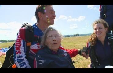 Hyvänen aika! 103-vuotias nainen juhli synttäreitään laskuvarjohypyllä!