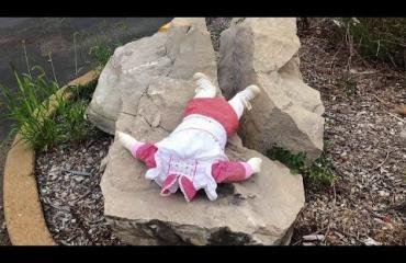 Kuin kauhuelokuvasta! Amerikkalaisen pikkukaupungin asukkaat peloissaan - joku on jättänyt kammottavia nukkeja sinne tänne!