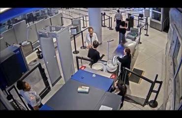 """Potkut tuli ja syystä! Turvatarkastaja ojensi lentomatkustajalle lapun: """"Olet ruma"""""""
