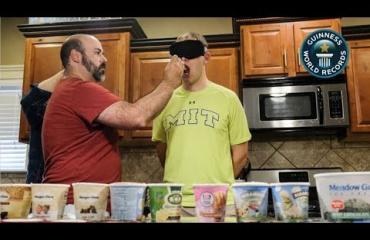 Oho! Tämä mies tunnisti sokkotestissä 11 jäätelömakua minuutissa!