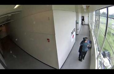 Mielenterveysongelmainen oppilas tuli kouluun ladatun aseen kanssa - vaaratilanne päättyi opettajan halaukseen!