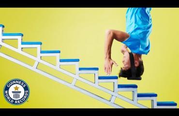 Aivan uskomatonta! Kiinalainen akrobaatti kiipesi 36 porrasta päällään!