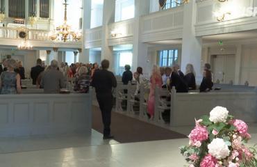 Video! Olli ja Riitta Saarela astelivat avioon valkoisissa – morsiamen lyhyt helma ja korkeat korot käänsivät päät