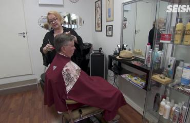 """Video: Punavuoren laulava parturi-kampaaja Raija Koso esittelee pimeän puolensa – """"En minä oikeasti…!"""""""