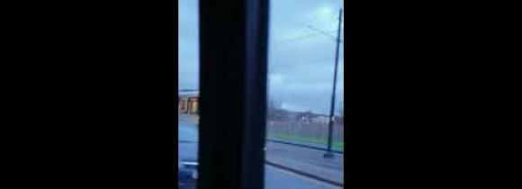 Pummilla matkustamisen hardcore-versio: Mies roikkui raitiovaunun perässä!